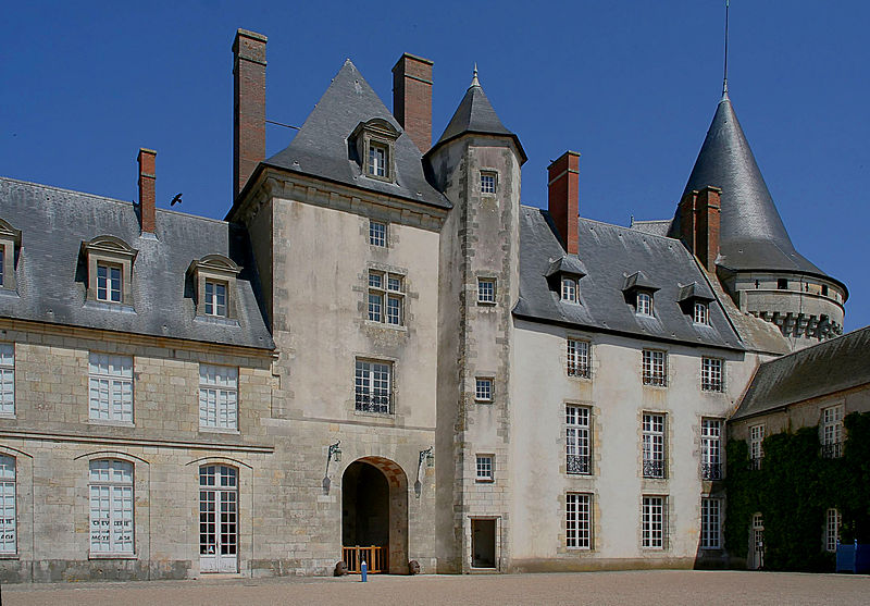 Datei:Castle sully france courtyard korr.jpg