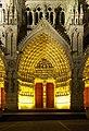 Cathédrale d'Amiens, portail central de nuit.jpg