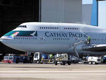 """Un 747 della Cathay Pacific: si noti la """"gobba"""" dovuta al doppio ponte"""