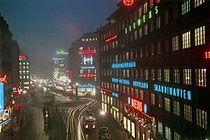 Kungsgatan västerut och korsningen med Sveavägen 1945. Till vänster syns den numera nedlagda biografen Royal och till höger Centrumhuset och rakt fram hörnet fastigheten Hästhuvudet 13.