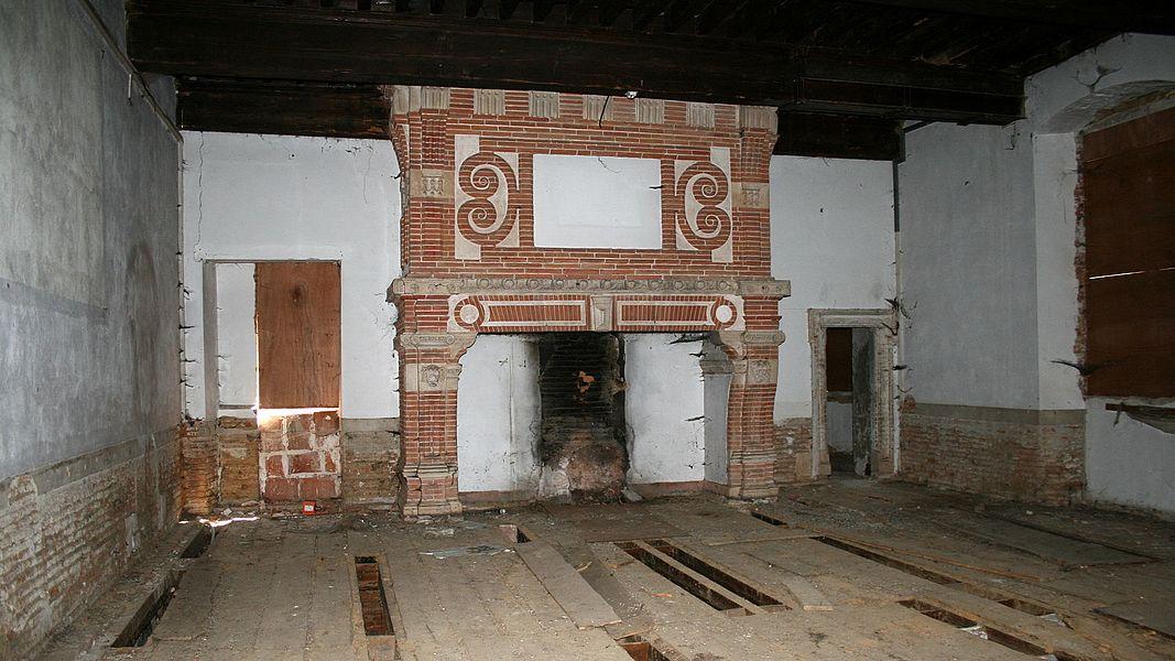 Cheminée en briques du Château de Lacroix-Falgarde.