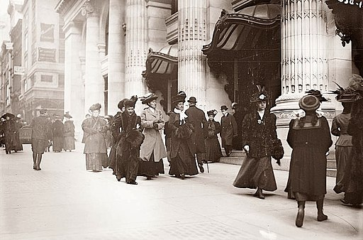 Christmas-shopping on Fifth Avenue 1900