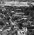 Collectie NMvWereldculturen, TM-20000911, Negatief, 'Gezicht op de stadskampong Duku Sawah en de straat Jalan Baturaja gezien vanuit Hotel Kartika Plaza', fotograaf Boy Lawson, 1971.jpg