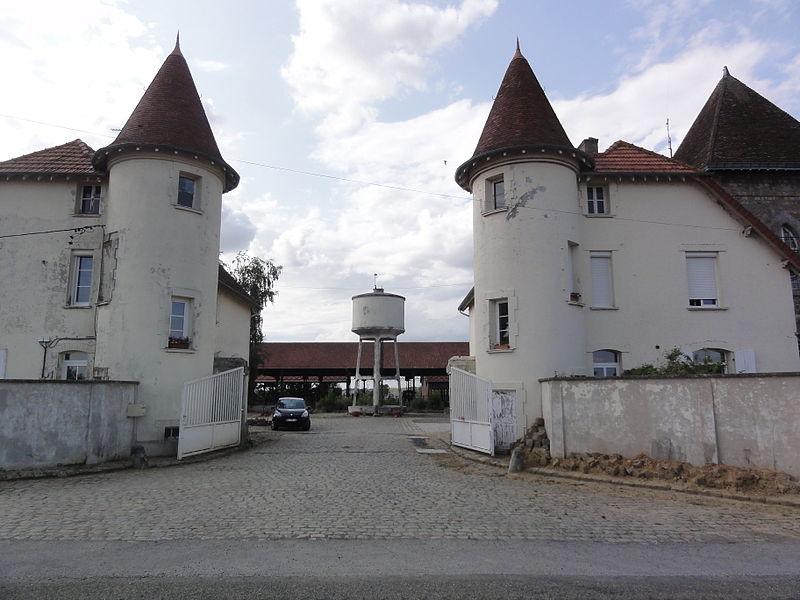 Contescourt (Aisne) entrée de ferme, château d'eau
