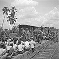 Controle op wapens van Indonesische treinreizigers door Nederlandse militairen, Bestanddeelnr 255-6775.jpg