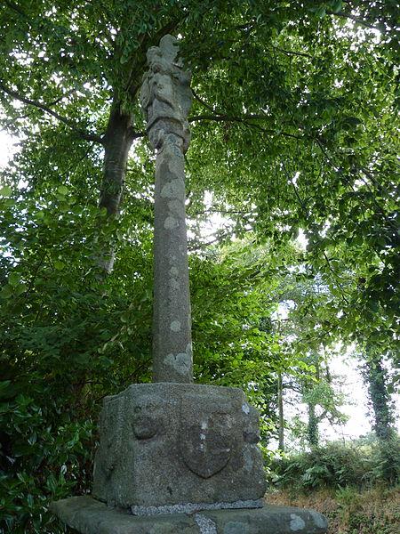 Croix située à l'entrée d'une propriété