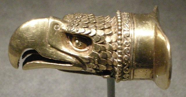 file cultura mixteca azteca ornamento labiale a forma di testa d 39 aquila in oro 1200 1521 ca. Black Bedroom Furniture Sets. Home Design Ideas
