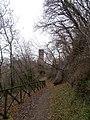 Dalla strada si scorge la torre pendente - panoramio.jpg