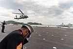 De Marine One met VS-president Trump aan boord landt op het vliegdek van de Japanse helikoptercarrier Kaga, -28 mei 2019 b.jpg
