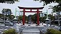 De derde torii van Tsurugaoka-Hachimangū te Kamakura, gezien richting het noordnoordoosten, -1 juni 2019.jpg