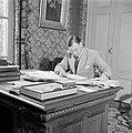 De secretaris van prins Bernhard achter zijn bureau, Bestanddeelnr 255-7841.jpg