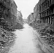 Uma rua de Berlin destruída durante a Segunda Guerra Mundial.