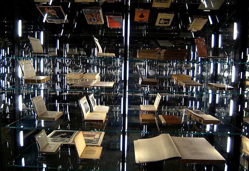 """File:Die Dauerausstellung """"nexus"""" im Literaturmuseum der Moderne.jpg"""