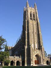 foto completa de Duke capilla en un día soleado