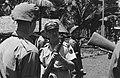 Een majoor van XII Infanterie KNIL (Gadjah Merah) houdt een buitgemaakte voorlad, Bestanddeelnr 1790.jpg