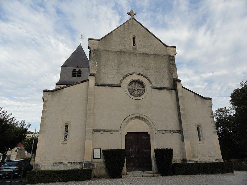Façade de l'église Saint-Hilaire de Mareuil-sur-Ay, dans le département de la Marne.
