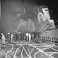 Explosie op Noorse tanker Rona Star bij Verolme, de tanker in brand, en blussi, Bestanddeelnr 917-8748.jpg