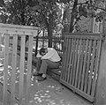 Feestganger slaapt zijn roes uit, Bestanddeelnr 254-3909.jpg