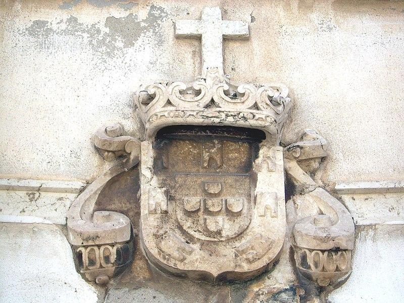 Image:Fortaleza de Santiago - Brasão Real na porta da fortaleza.JPG