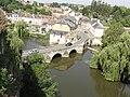 Fresnay-sur-Sarthe, Sarthe et pont,vue de la terrasse du château.jpg