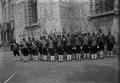 Funerais de D. Carlos e de D. Luís Filipe, a Guarda Real dos Archeiros junto do Mosteiro dos Jerónimos (1908-02-08) - Joshua Benoliel.png