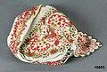 Fyrkantigt huvudkläde av vit fin bomullslärft, vikt till en klut med platt nacke - Nordiska museet - NM.0018883.jpg