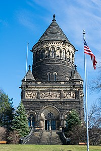 Garfield Monument and flag - Lake View Cemetery - 2015-04-04 (22387453266).jpg