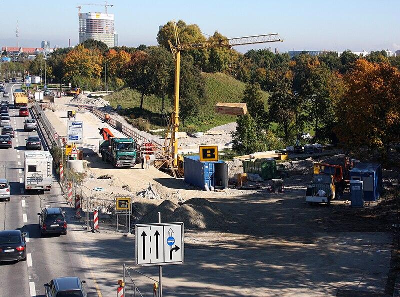 File:Garmischer str Blick Richtung N Zufahrt auf die A 96 Bau ADAC Gebaeude im Hintergrund.JPG