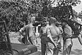 Generaal S.H. Spoor (midden) praat met …, Bestanddeelnr 12-6-6.jpg