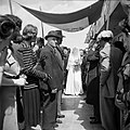 Gesluierde bruid op weg naar een 'choepa', het baldakijn waaronder de huwelijksv, Bestanddeelnr 255-0289.jpg