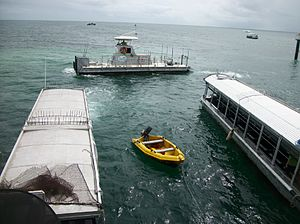 Green Island (Queensland) - Glass bottom boats and a Semi submarine at Green Island