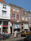 Huis met schilddak en eenvoudige lijstgevel; schuiframen; winkel
