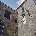 Hoek tussen oostgevel hoofdgebouw (buitenzijde 'kapel') en noordoostelijke toren, gezien in noordwestelijke richting - Nederhemert-Zuid - 20340520 - RCE.jpg
