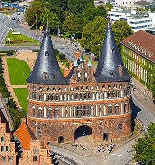 Holstentor von der Petrikirche - Zuschnitt.jpg