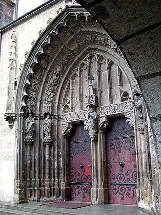 Portal (architecture) - Image: Hronsky Benadik Hlavny portal klastorneho kostola