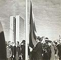 JK hasteando a bandeira na inauguração de Brasília - BR RJANRIO PH 0 FOT 00749 0010, Acervo do Arquivo Nacional.jpg