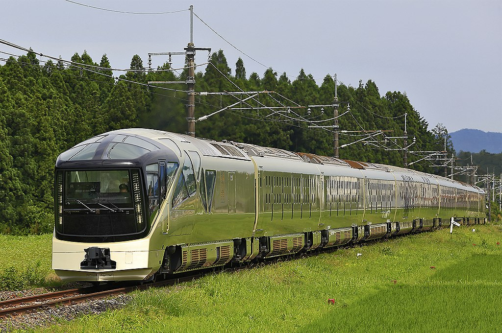 https://upload.wikimedia.org/wikipedia/commons/thumb/a/af/JR_East_E001_series_Train_Suite_Shiki-shima_20170619.jpg/1024px-JR_East_E001_series_Train_Suite_Shiki-shima_20170619.jpg