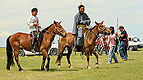 Jeźdźcy na stepie na lokalnym festiwalu Naadam (02).jpg