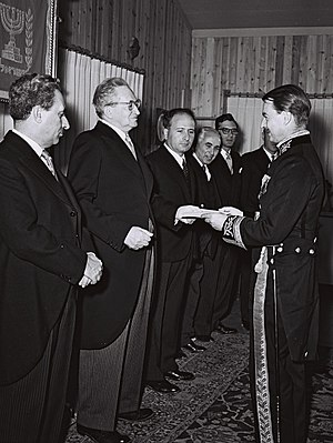 Israel–United Kingdom relations - John Nicholls, British ambassador to Israel, presenting his credentials to Yitzhak Ben Zvi, 1954