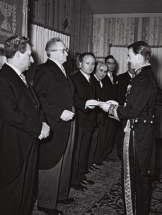 Israel–United Kingdom relations - John Nicholls, British ambassador to Israel, presenting his credentials to Yitzhak Ben Zvi, 1954