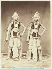 KITLV 3914 - Kassian Céphas - Dancers from the sultan of Yogyakarta perform a dance called Beksan Soerja Atmadja with Councils Soerja Atmadja and Bambang Permadi - Around 1885.tif