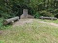 Kasteel Heeswijk Rijksmonument 511918 2 van 4 marmeren zuilschachten bij oorlogsmonument 1.JPG