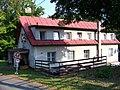 Kožlany, rekreační středisko Ve mlejně, hlavní budova, shora.jpg