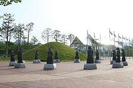 Korea-Gyeongju-Tomb-01.jpg