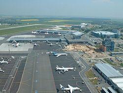 Aeropuerto Internacional de Praga, Rep. Checa. Nótese la terminal de pasajeros al fondo, la terminal de carga en primer plano, las pistas dedicadas a movimientos de vehículos y los guías de orientación de las aeronaves.