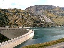 Lago artificiale in corrispondenza di una diga per fini industriali