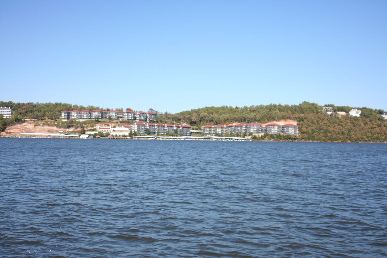 Lake Ozark Missouri >> File:Lake of the Ozarks, MO Houses 10.JPG - Wikimedia Commons