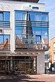 Lingen, die evangelisch-reformierte Kirche gespiegeld in de ramen van die Kornblume IMG 7118 2020-08-06 14.08.jpg