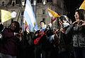 Los fieles disfrutan la noche de vigilia frente a la Catedral Metropolitana (8570846624).jpg