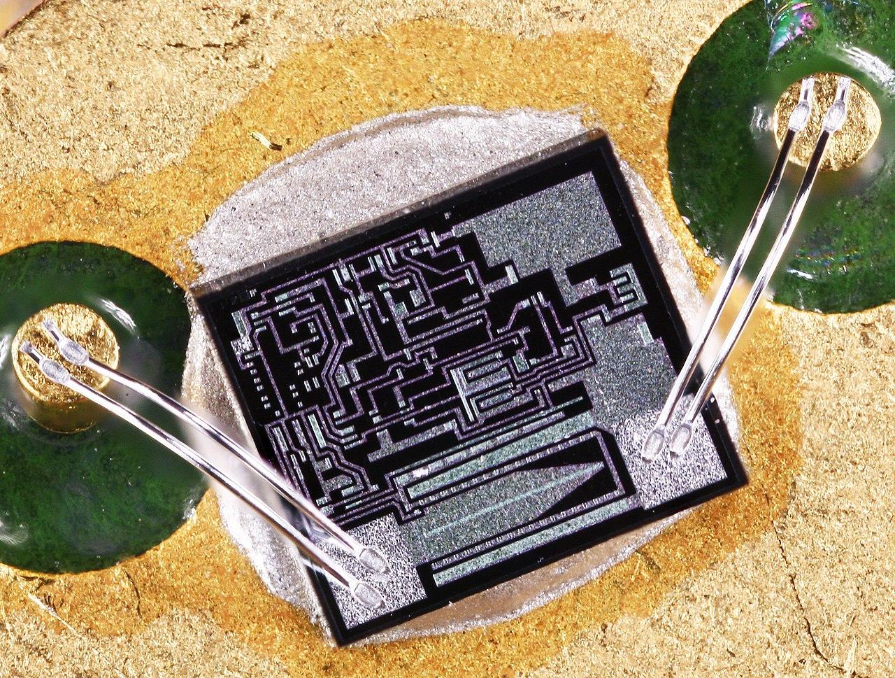 1280px-MC78M12C.jpg